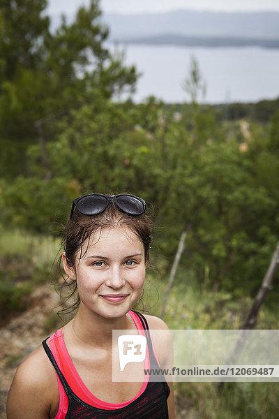 Eine junge Frau auf einem Pfad in Kroatien