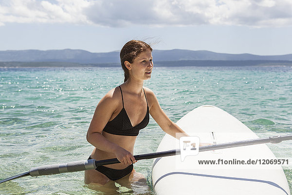 Eine Frau beim Paddeln in Kroatien