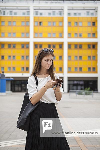 Frau mit Smartphone in Stockholm  Schweden