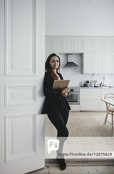 Porträt einer selbstbewussten Geschäftsfrau vor der Tür im Home-Office