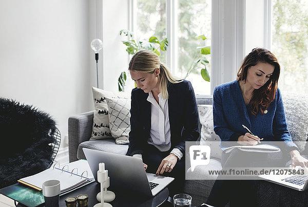 Weibliche Mitarbeiter auf dem Sofa im Home-Office