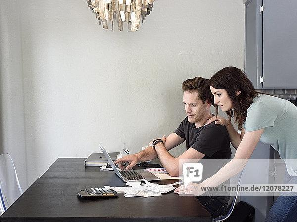 Kaukasisches Paar benutzt Laptop