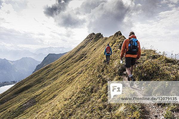Deutschland  Bayern  Oberstdorf  zwei Wanderer auf dem Bergrücken