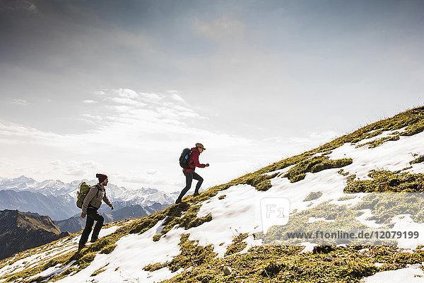 Deutschland  Bayern  Oberstdorf  zwei Wanderer auf der Alm