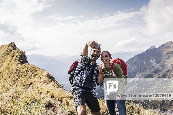 Deutschland  Bayern  Oberstdorf  glückliches Pärchen auf dem Bergrücken