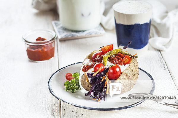 Kumpir  türkische Ofenkartoffel mit Rohkostsalat  Karotte  Tomate  Joghurtsauce  Ajvar und Ayran