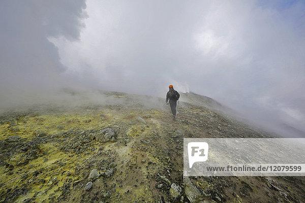 Italien  Sizilien  Ätna-Gipfel  junger Mann beim Wandern auf dem Schwefelfeld