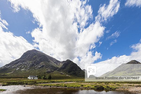 Großbritannien  Schottland  Schottische Highlands  Glencoe  Rannoch Moor  Lagangarbh Hut  River Coupall  Bergmassiv Buachaille Etive Mor
