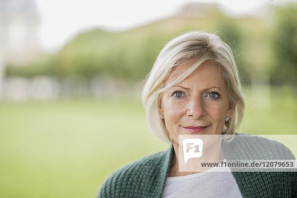 Porträt einer älteren Frau in der Natur
