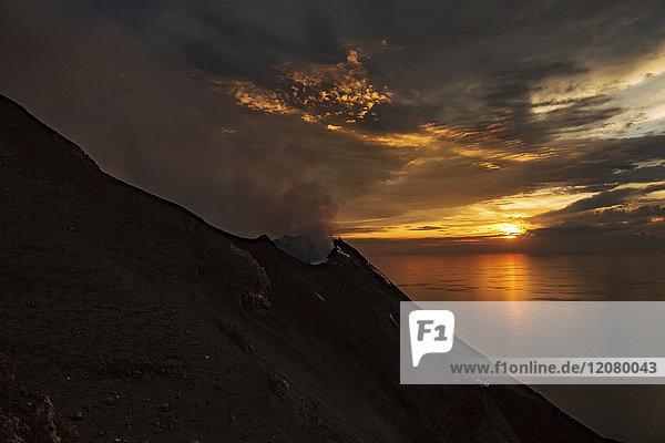Italien  Äolische Inseln  Stromboli  Vulkanausbruch bei Sonnenuntergang