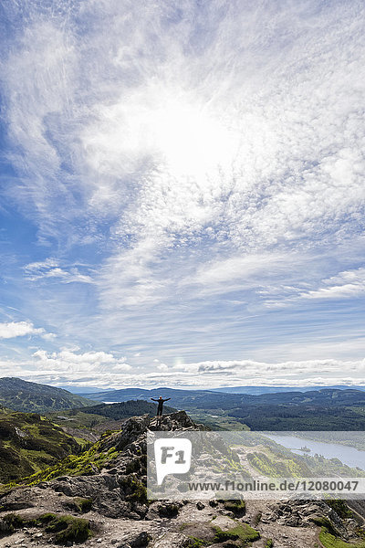 UK  Schottland  Highland  Trossachs  Touristenjubel am Berg Ben A'an mit Blick auf Loch Katrine