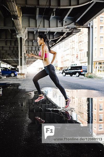 Frauentraining am Morgen in Manhattan bei Brooklyn Bridge