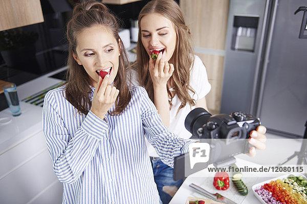 Food-Blogger filmen sich selbst beim Erdbeeressen