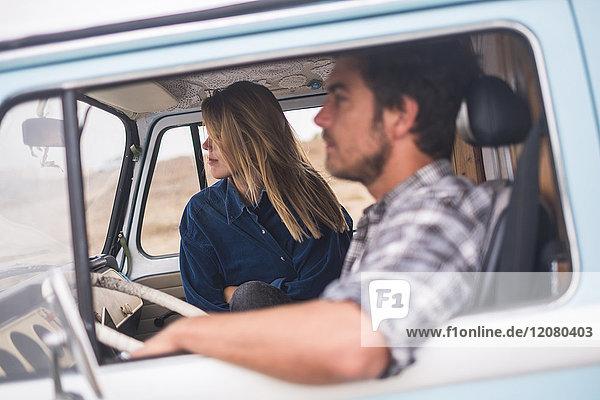Junges Paar in einem Lieferwagen