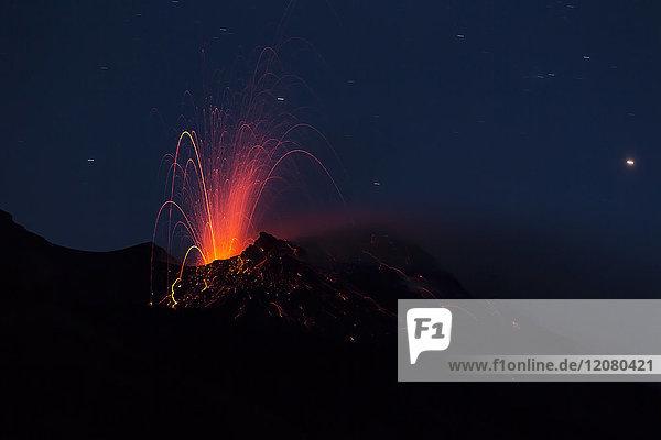 Italien  Äolische Inseln  Stromboli  Vulkanausbruch vor dem Nachthimmel  Lavabomben