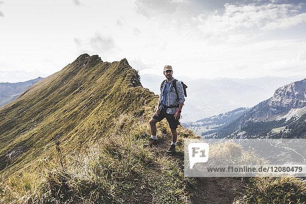 Deutschland  Bayern  Oberstdorf  Wanderer auf dem Bergrücken in alpiner Umgebung