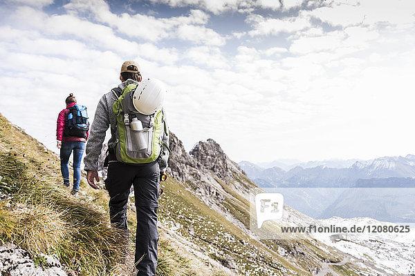 Deutschland  Bayern  Oberstdorf  zwei Wanderer in alpiner Landschaft