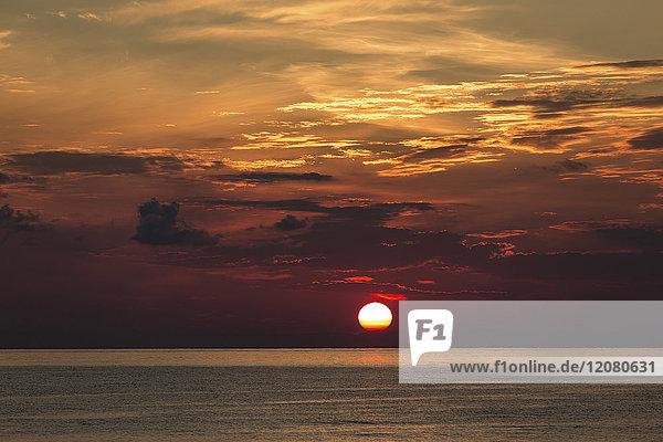 Italien  Äolische Inseln  Stromboli  Sonnenaufgang
