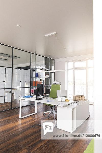 Weißer Schreibtisch mit PC im modernen Büro