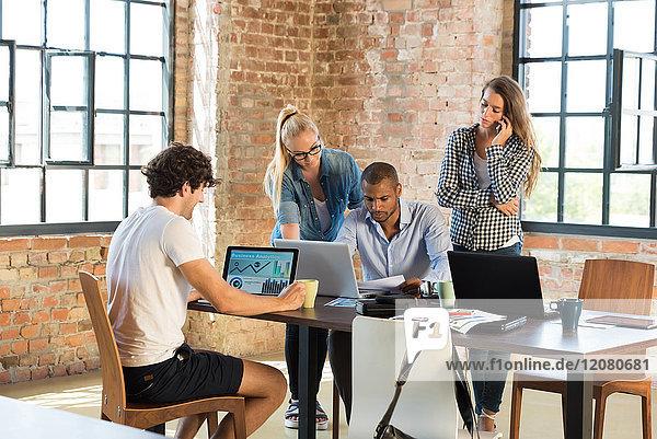 Junge Kaufleute im Büro bereiten die Gründung eines Start-up-Unternehmens vor