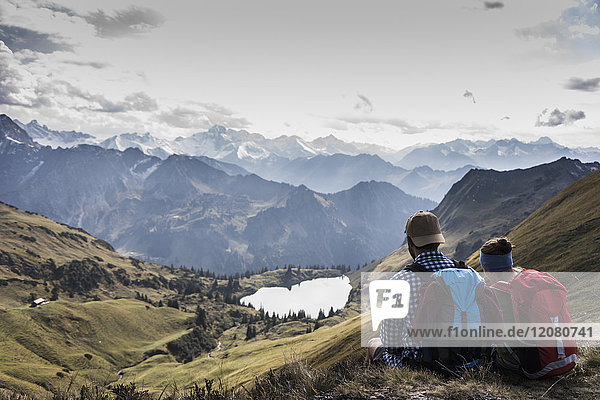 Deutschland  Bayern  Oberstdorf  zwei Wanderer sitzend in alpiner Landschaft