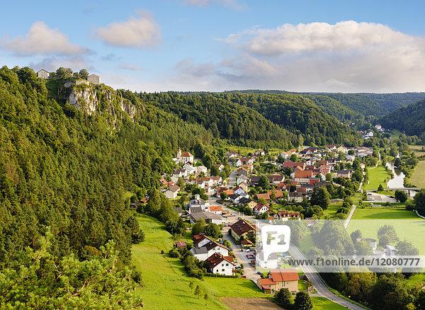Deutschland  Bayern  Altmühltal  Arnsberg mit Schloss Arnsberg