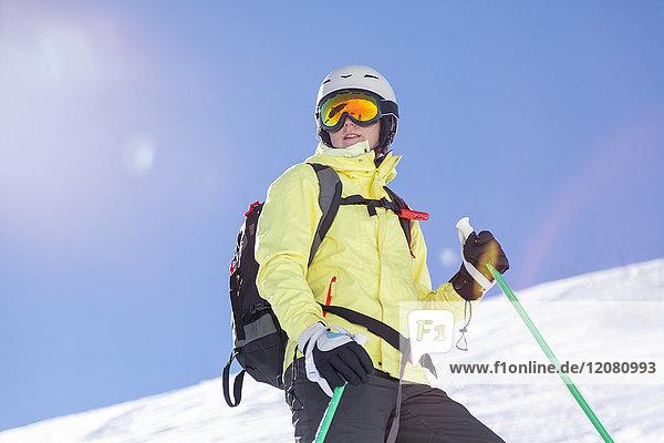 Österreich  Bludenz  Frau mit Skihelm und Lawinenrucksack in den Bergen