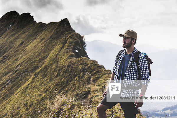 Deutschland  Bayern  Oberstdorf  Wanderer auf dem Bergrücken stehend