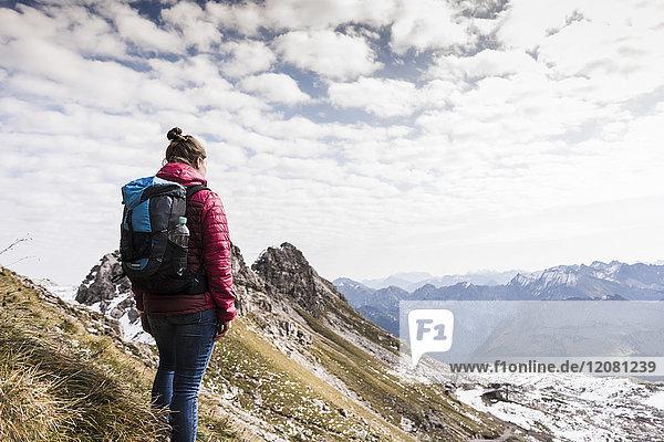 Deutschland  Bayern  Oberstdorf  Wanderer in alpiner Landschaft