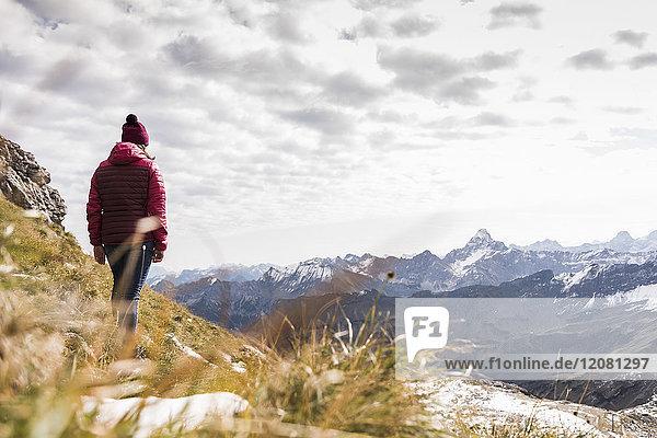 Deutschland,  Bayern,  Oberstdorf,  Wanderer in alpiner Landschaft