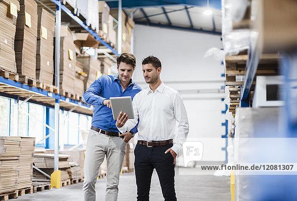 Zwei Geschäftsleute bei einem Treffen im Firmenlager