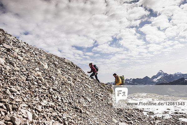 Deutschland  Bayern  Oberstdorf  zwei Wanderer auf dem steinigen Berg