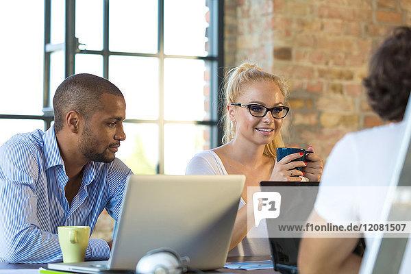 Junge Geschäftsleute diskutieren Geschäftsideen für ein Start-up-Unternehmen