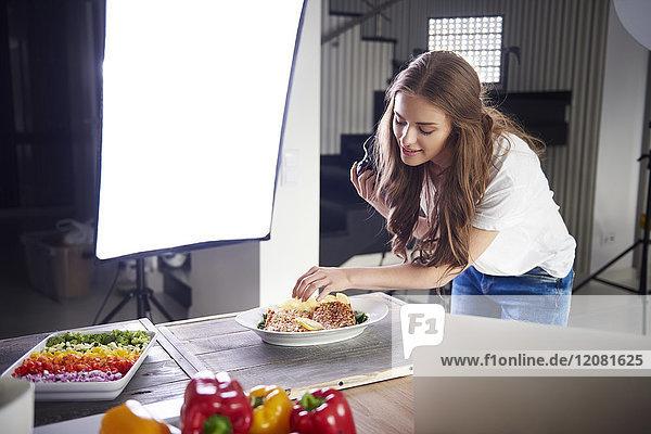 Blogger arrangiert Essen für ein Foto