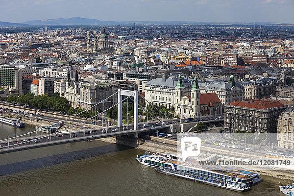 Ungarn  Budapest  Stadtbild von Pest Side  Donauufer mit Elisabethbrücke