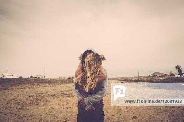 Verliebtes Paar  das sich am Strand küsst.