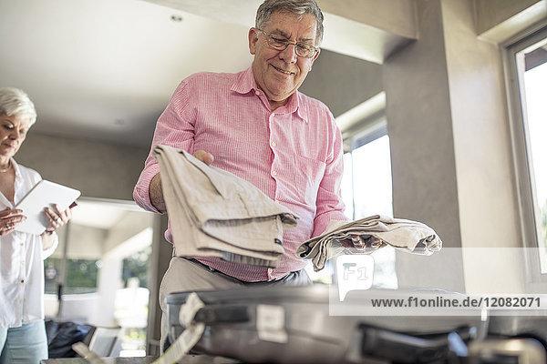 Senior Mann beim Packen für eine Reise