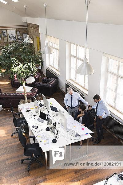 Team von Geschäftsleuten im Planungsbüro  die an einem Entwurf arbeiten