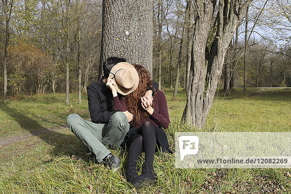 Liebespaar im Herbst im Wald