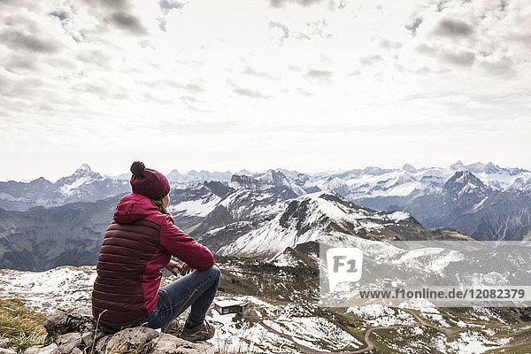 Deutschland  Bayern  Oberstdorf  Wanderer sitzend in alpiner Landschaft