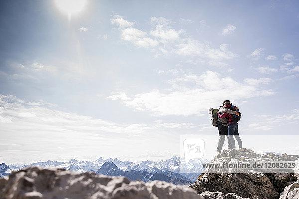 Deutschland  Bayern  Oberstdorf  Paarumarmungen am Fels in alpiner Landschaft