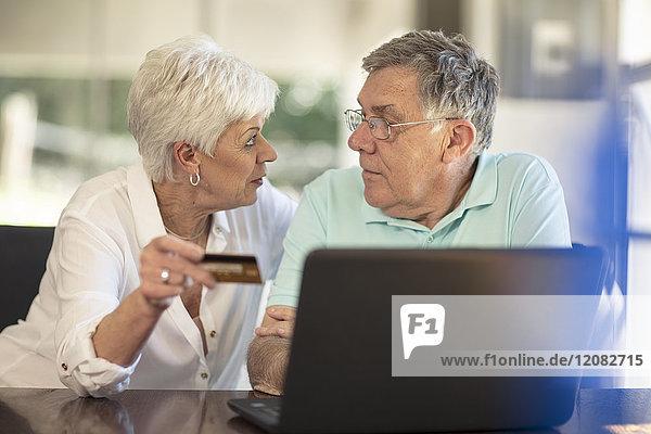Seniorenpaar online einkaufen mit Kreditkarte