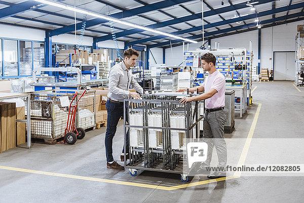 Mitarbeiter in der Fertigung prüfen die Produktqualität