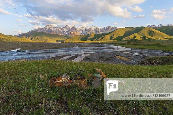 River coming from Köl-Suu mountain range at sunset  Kurumduk valley  Naryn province  Kyrgyzstan  Central Asia.