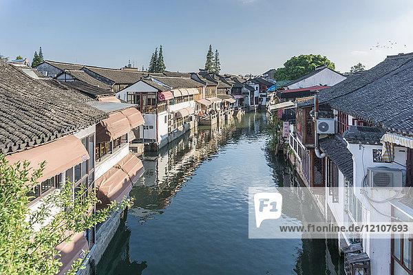 Wasserstraße mit traditionellen Restaurants am Wasser  Shanghai  China