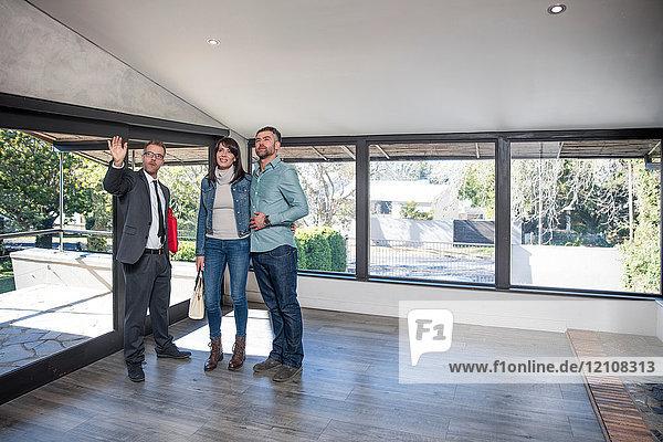 Immobilienmakler führt Ehepaar durch neues Zuhause