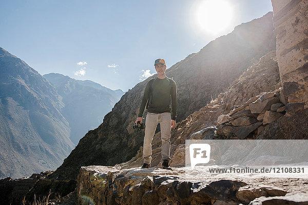 Porträt eines Mannes auf dem Gipfel der Ollantaytambo-Ruinen  Cusco  Peru  Südamerika