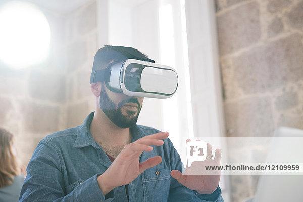 Geschäftsmann mit Virtual-Reality-Headset im Büro