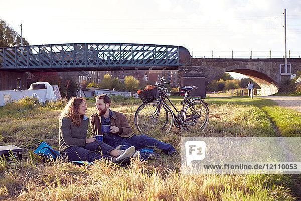 Ehepaar genießt Kaffeepause auf Moorland