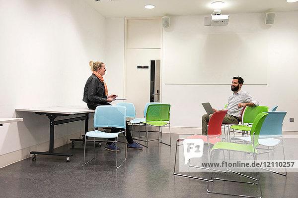 Studenten bei einer Diskussion